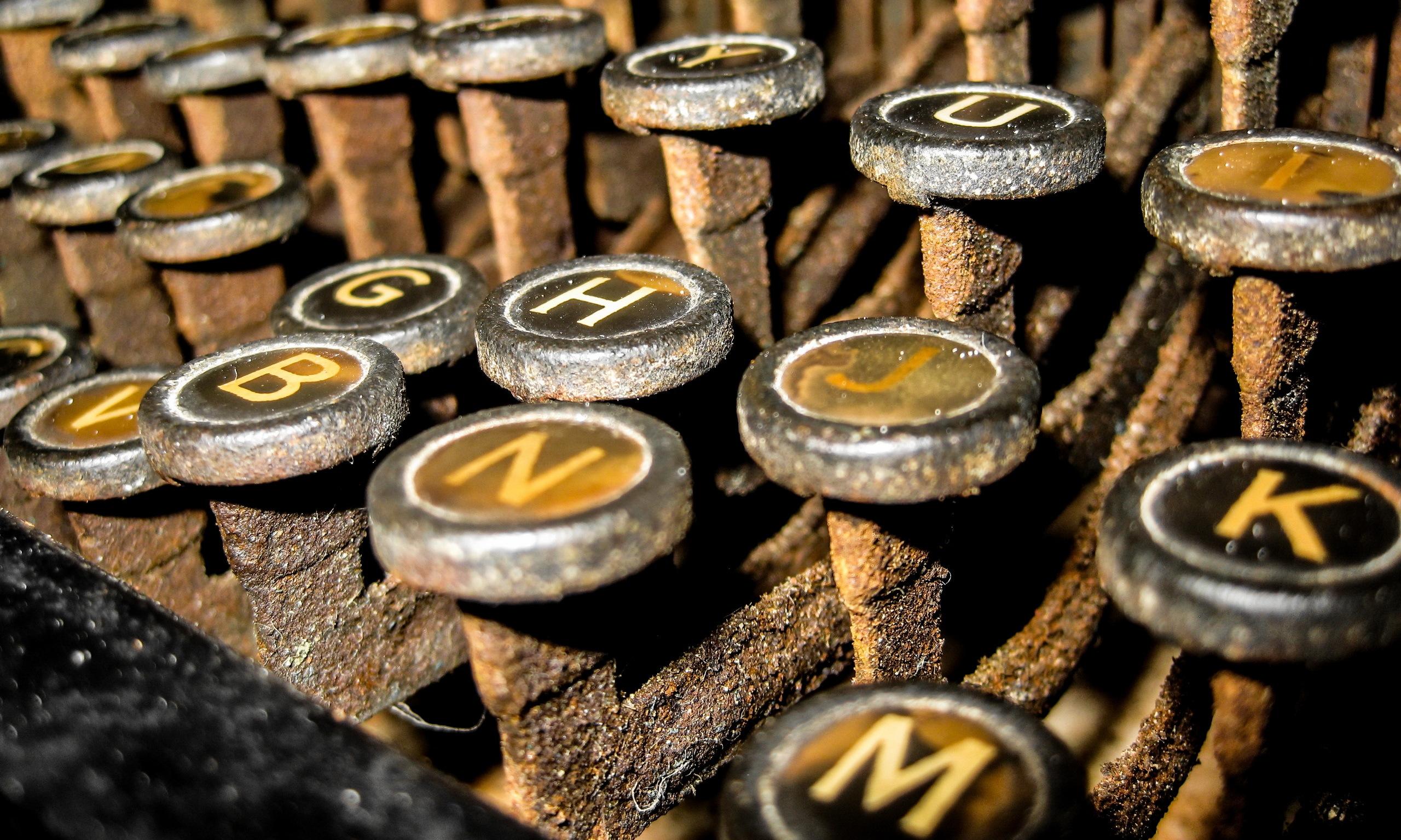 Close Up Rust Typewriter 2560x1535