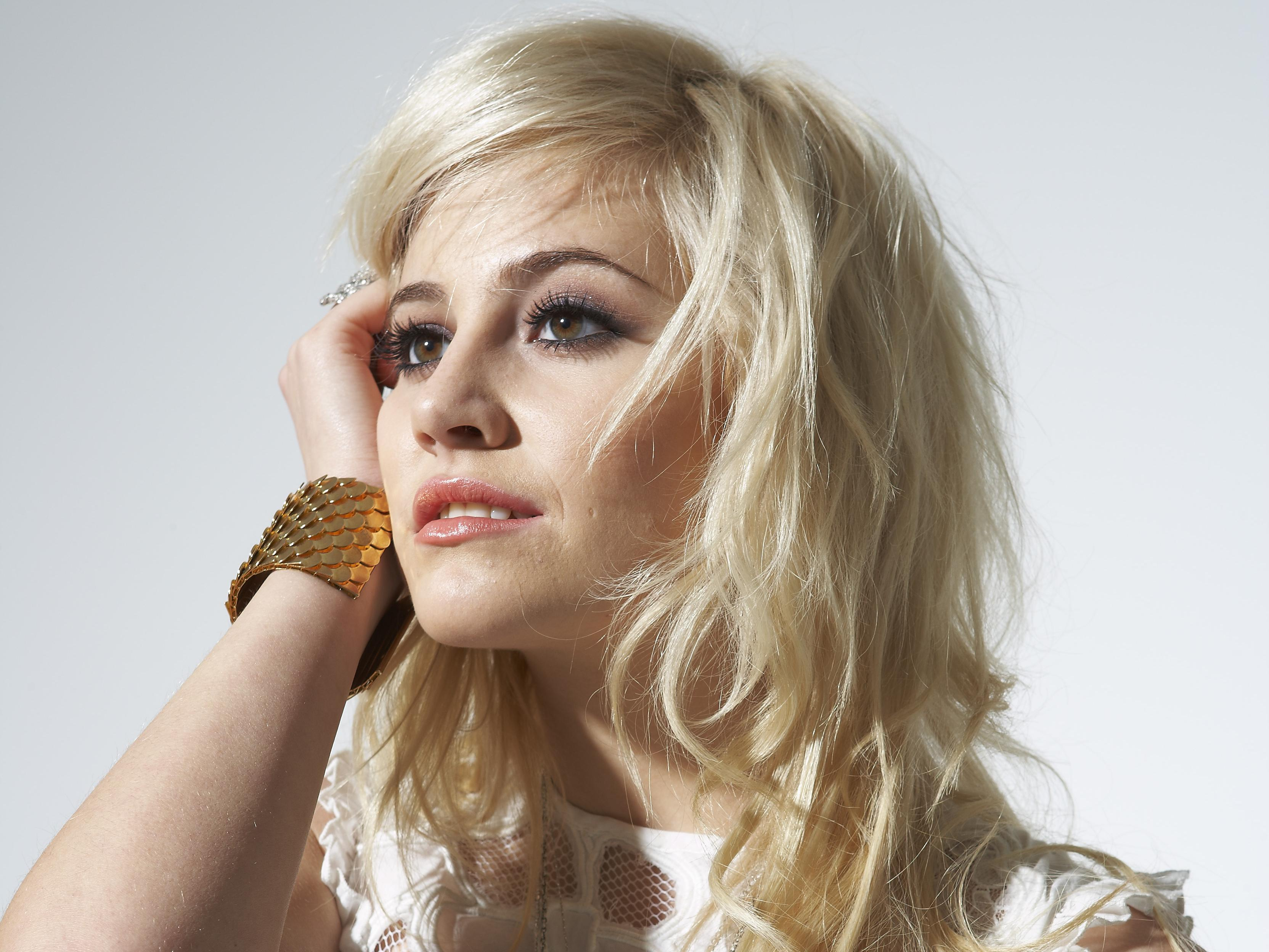 Blonde Singer Brown Eyes 3328x2496