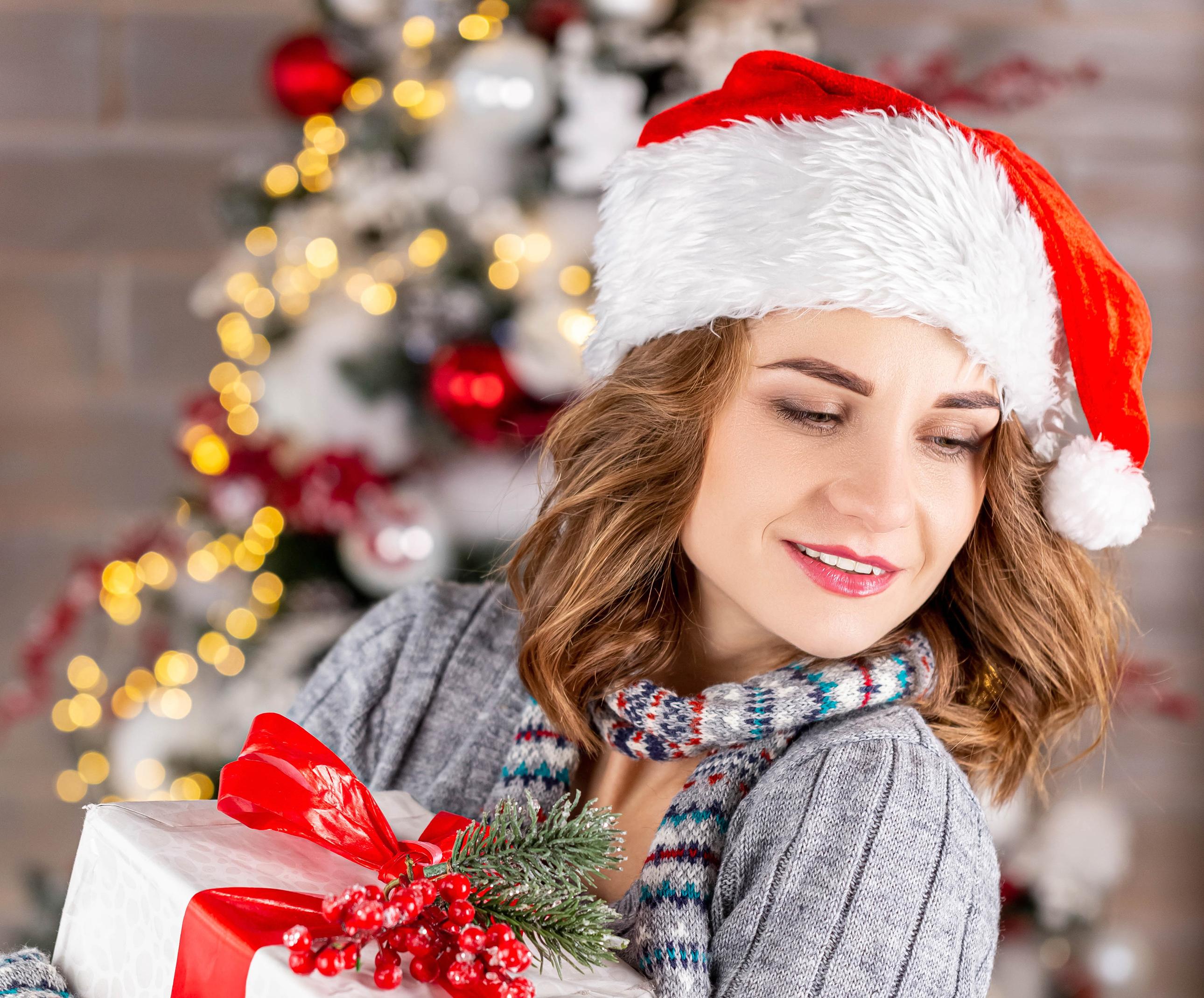 Woman Santa Hat Gift Brunette 2580x2140
