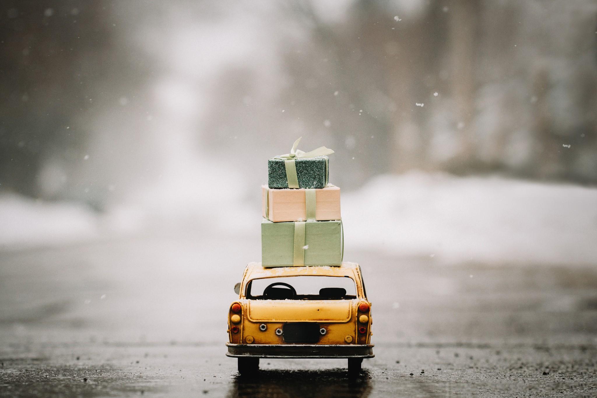 Miniatures Snow Presents Car 2048x1365