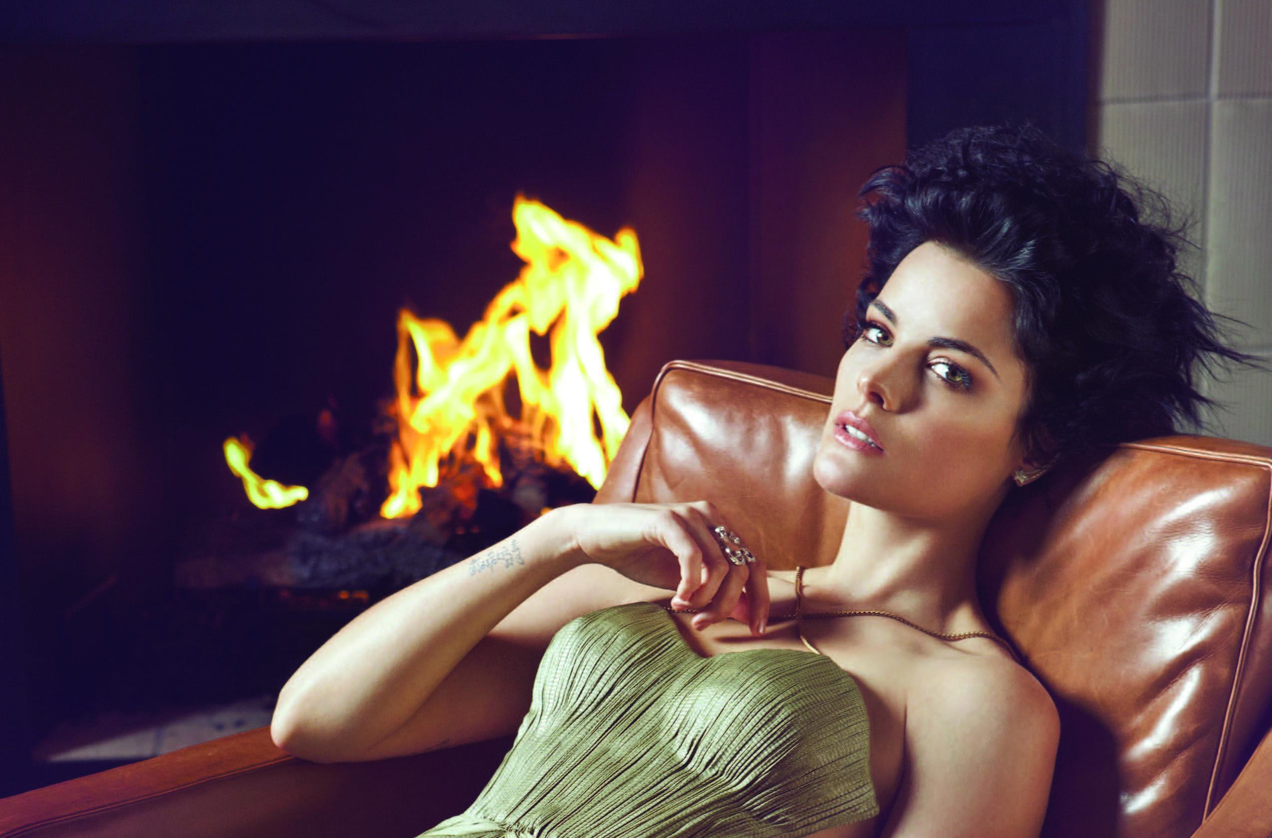 Actress Brunette Fireplace Jaimie Alexander Short Hair Wallpaper Resolution 2550x1680 Id 829488 Wallha Com